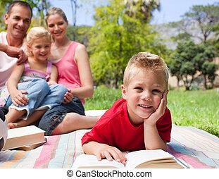 pique-nique, herbe, parc, sien, peu, avoir, quoique, lecture, sourire, mensonge, garçon, famille