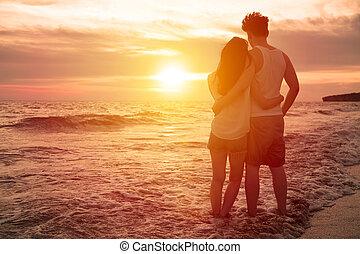 plage, coucher soleil couples, jeune, regarder
