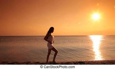 plage, coucher soleil, femme, poser