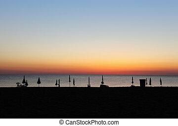 plage, coucher soleil, fermé, pendant, deck-chairs, parapluies, silhouettes