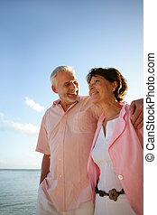 plage, couple, deux âges, prendre, promenade