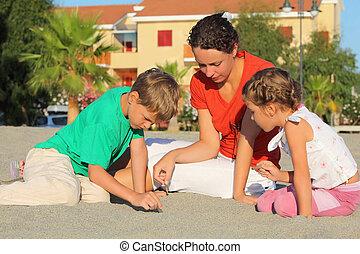 plage, dessiner, asseoir, sable, enfants, mère, deux