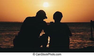 plage, deux âges, silhouette, océan, homme, coucher soleil couples, femme