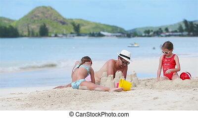 plage., famille, filles, blanc, père, deux, exotique, sable, confection, plage château, jouer