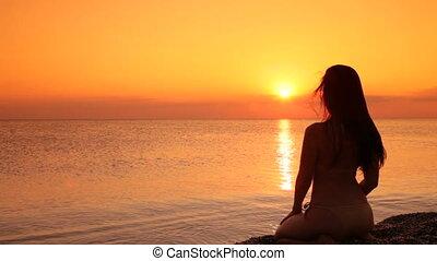 plage, femme, coucher soleil