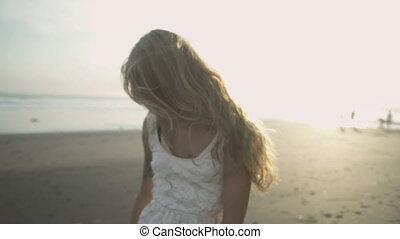 plage, femme, coucher soleil, insouciant, danse