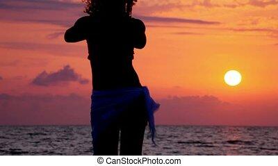 plage, femme, silhouette, mer, danse, ciel, jeune, coucher soleil, fond