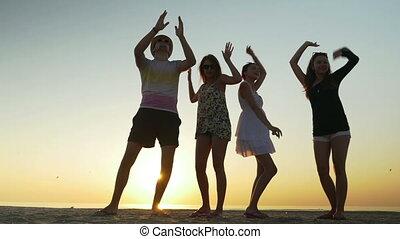 plage, gens, crépuscule, jeune, danse