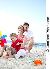 plage, jeune famille, heureux
