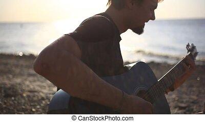 plage, jouer, coucher soleil, barbu, pendant, musicien, guitare