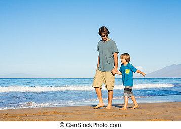 plage, marche, style de vie, père, insouciant, ensemble, fils, amusement, sourire heureux