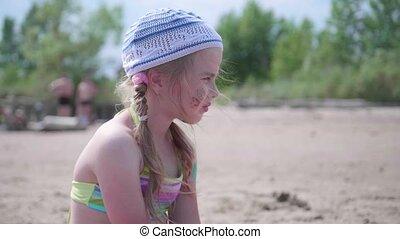 plage, peu, été, séance, day., chaud, soigneusement, pensivement, girl, regarder, distance.
