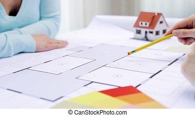 plan, maison, discuter, femme, architecte
