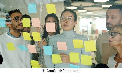 planche, idées, verre, hommes, collant, jeune, femmes fonctionnement, créatif, discuter, notes