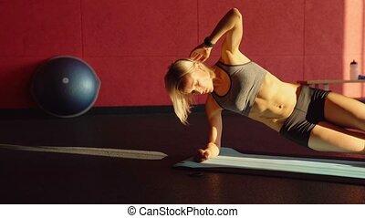 planche, séance entraînement, sur, vidéo, côté, ceci, fitness, mat., femme, abdominal, bleu