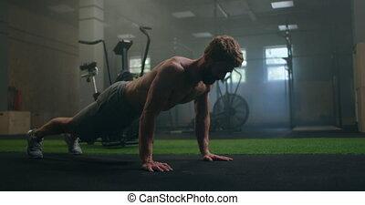 plancher, exécute, fort, gymnase, homme, pousées, tout, sien, strength., pumped-up