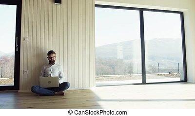 plancher, séance, laptop., maison, mûrir, nouveau, utilisation, unfurnished, homme