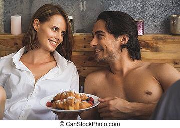plaque, couple, regarder, quoique, autre, tenue, chaque, croissants