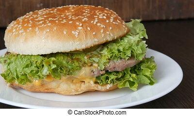 plaque, feuille, triple, hamburger, bois, juteux, côtelette, grand, salade verte, délicieux, fond, frais, élégant, blanc, mensonges, fromage