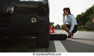 plat, femme, jeune, pneu, voiture