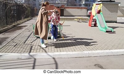 playground., cassé, aides, jambe, béquilles, maman, fille, stand, elle