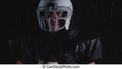pluie, balle, professionnel, tomber, nuit, joueur, football, portrait, quoique, déterminé, américain, tenue, sombre