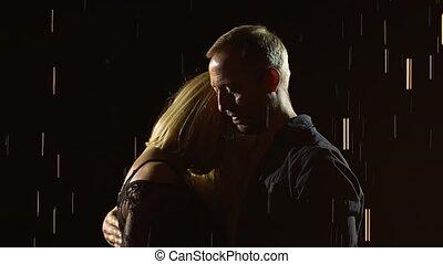 pluie, drops., couple, fond, femme, brillant, lent, apprécier, studio, étreindre, noir, jeune, mignon, motion., haut, moment., homme, fin
