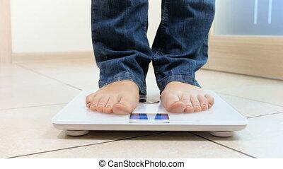 poids, vérification, elle, 4k, jeune, vidéo, électronique, marcher, femme, balances