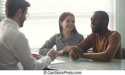 poignée main, couple, contrat, signe, directeur, ethnicité, mélangé, prêt, excité, banque