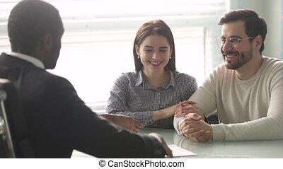 poignée main, hypothèque, couple, courtier, contrat, signe, africaine, caucasien, heureux