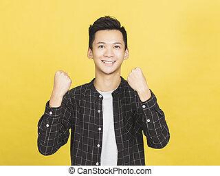 poings, asiatique, oui, jeune homme, heureux, geste, sien, élévation