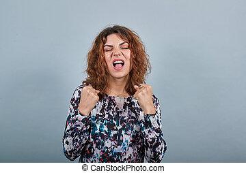 poings, gagnant, caucasien, gesture., haut, heureux, jeune femme, garder