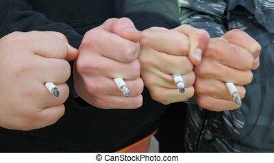poings, sien, leur, hommes, doigts, quatre, collé, cigarettes, entre