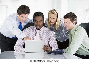 pointage, ordinateur portable, businesspeople, quatre, salle réunion, smilin
