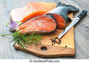 poisson cru, saumon, biftecks