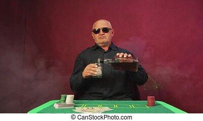 poker, carte, whisky, joueur, pendant, verse, game., risqué