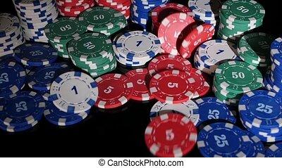 poker, lent, beaucoup, mouvement, arrière-plan., 2, noir, tomber, chips, pack.