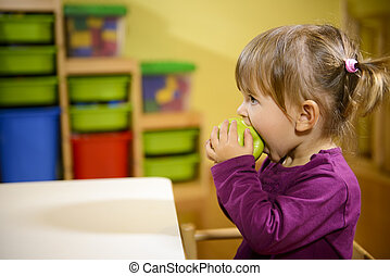 pomme mangeant, jardin enfants, vert, enfant femelle