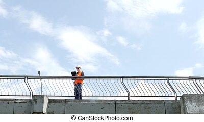 pont, autour de, regarder, pont, homme, promenades, chèques, inspecte, qualité, travers, inspecteur, ingénieur