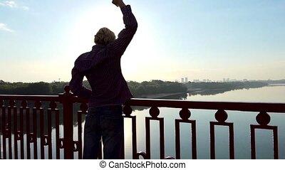 pont, sien, dnipro, slo-mo, sur, jeune, coucher soleil, augmentations, mains, homme