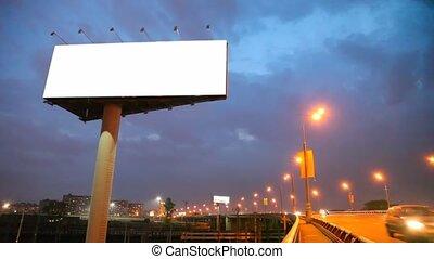 pont, ville, voitures, en mouvement, nuit, panneau affichage, vide