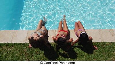 poolside, amis, divers, femme, bains de soleil, séance, groupe