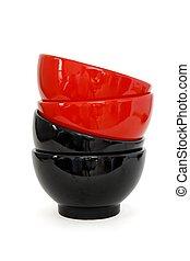 porcelaine, deux, bols, isolé, noir, zigzag, pile, rouges