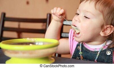 porridge, manger, elle, mamans, bras, bouche, dorlotez fille, essuie