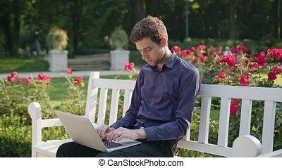 portable utilisation, parc, jeune homme