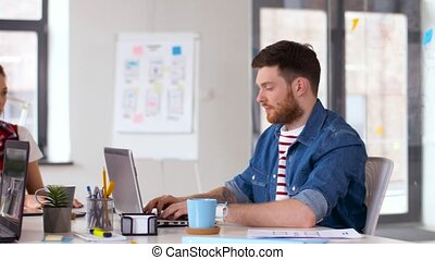 portables, équipe, bureau fonctionnant, créatif