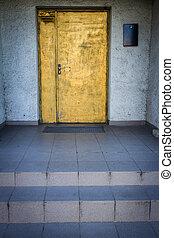 porte bleue, or, mur peint, blanc