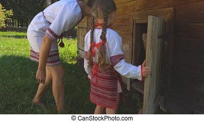 porte ouverte, fille, maman