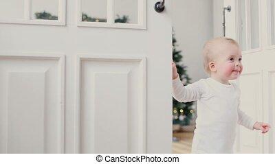 porte, salle, jeter coup oeil, ouvert, enfants, dehors