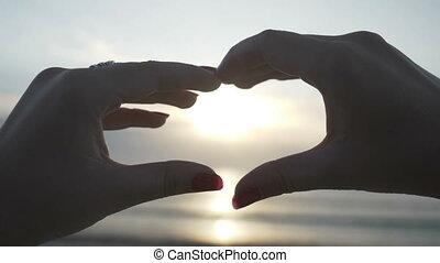 porter, coeur, femme, silhouette, intérieur, anneaux, jeune, mouvement, forme, lent, coucher soleil, mains, confection, plage